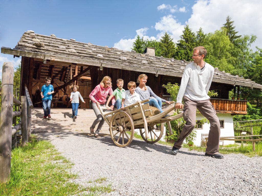 Das Freilichtmuseum Glentleiten, oberhalb des Kochelsees, ist das größte seiner Art in Südbayern.