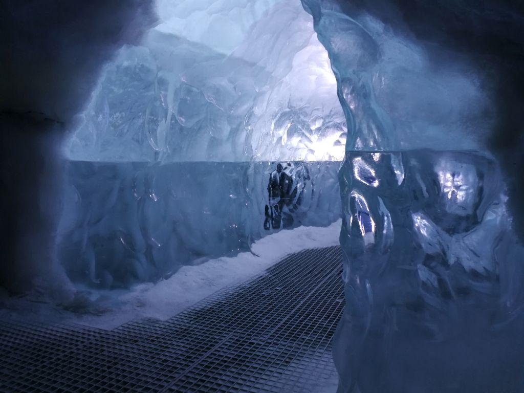 Das Perlan Museum in der isländischen Hauptstadt Reykjavik bietet zahlreiche interaktive Aktivitäten, anhand derer die Besucher die Besonderheiten von Islands Natur selbst erforschen. Highlight ist neben dem 360-Grad-Kino ein 100 Meter langer Eistunnel.