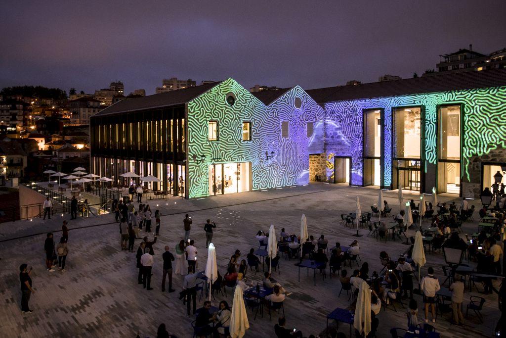 In Portos neuem Kulturviertel World of Wine (WOW) wandeln Besucher seit Sommer 2020 auf den Spuren von Wein, Geschichte und Kultur, mit sechs Museen, neun Restaurants, Bars und Cafés sowie Shops, Veranstaltungssäle, temporäre Ausstellungsflächen und eine eigene Weinschule