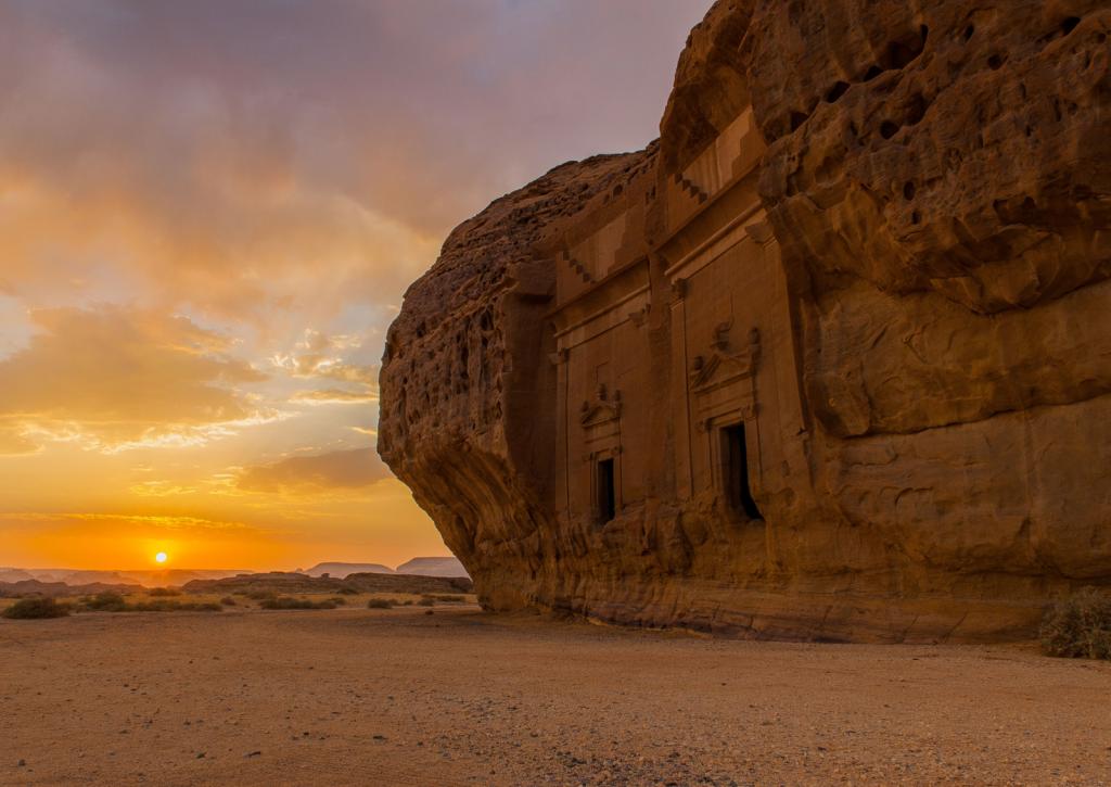 Die Region in Saudi-Arabien – in etwa so groß wie Belgien – beeindruckt mit Oasen, dramatischen Schluchten und Felsformationen. Denkmäler aus über 200.000 Jahren Menschheitsgeschichte lassen sich auf der ehemaligen Weihrauchroute finden und erwandern.