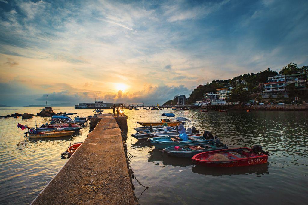 Lamma Island ist vor allem für ihre ruhigen Fischerdörfer und schönen Strände bekannt und liegt nur eine halbe Stunde mit der Fähre von Hongkong entfernt.