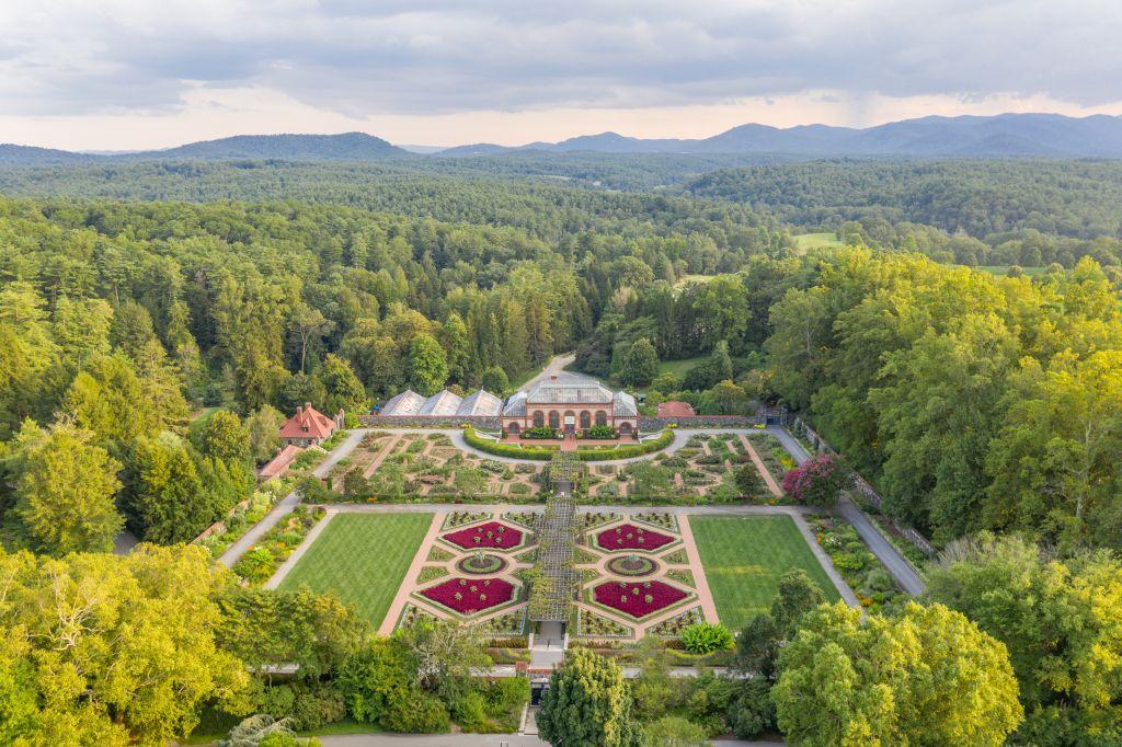 Das Biltmore Estate in North Carolina beherbergt nicht nur das größte Privathaus in den Vereinigten Staaten, sondern auch eine Gartenlandschaft auf über 30 Hektar, die von Amerikas führendem Landschafts-architekten Frederick Law Olmsted entworfen wurde.