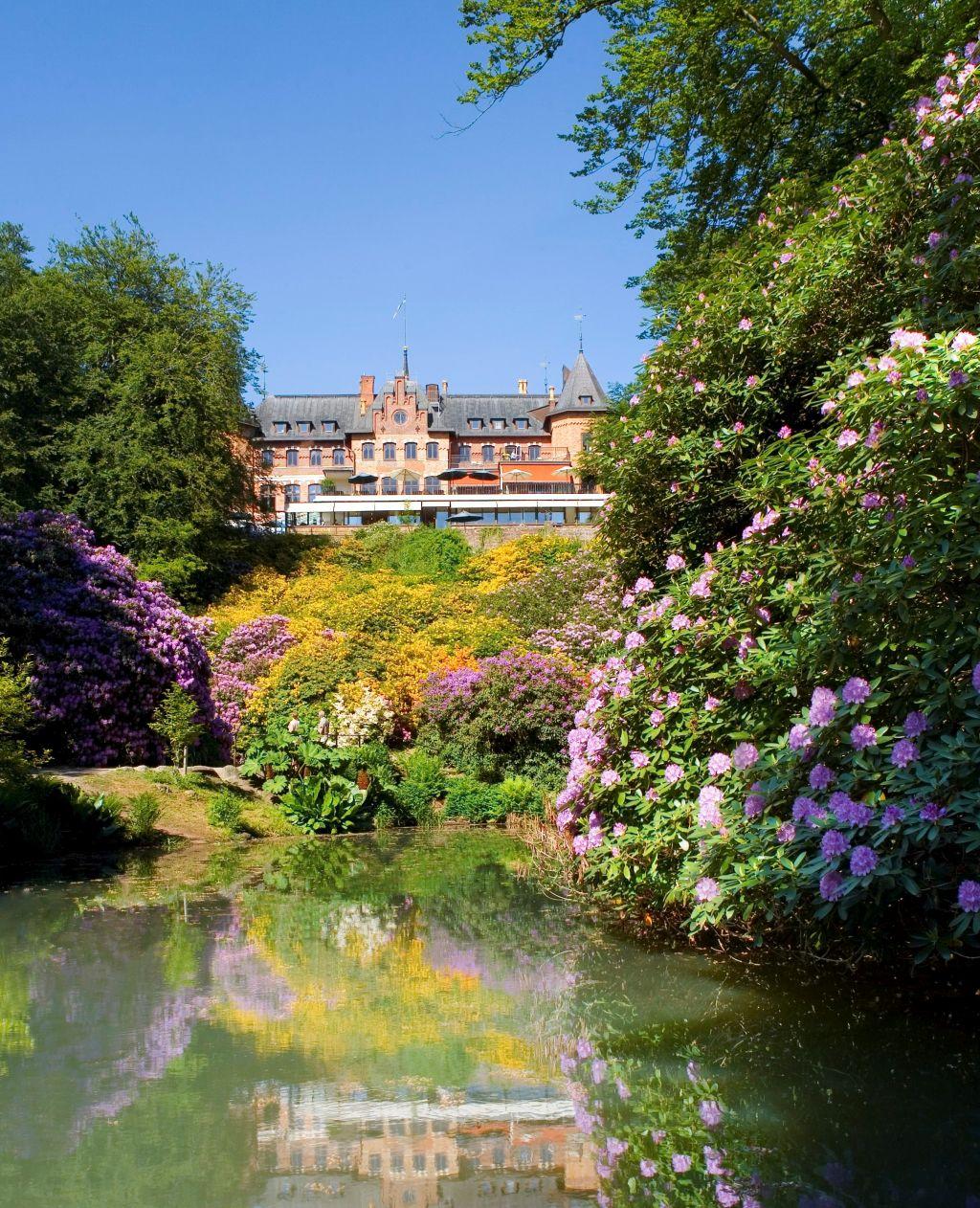 Schloss Sofiero, nördlich von Helsingborg in der Provinz Skåne gelegen, ist eines der schönsten Schlösser Schwedens. Es ist von samtweichen Rasenflächen, üppigen grünen Bäumen und verschiedenen Themengärten und wunderschönen Blumenbeeten umgeben.