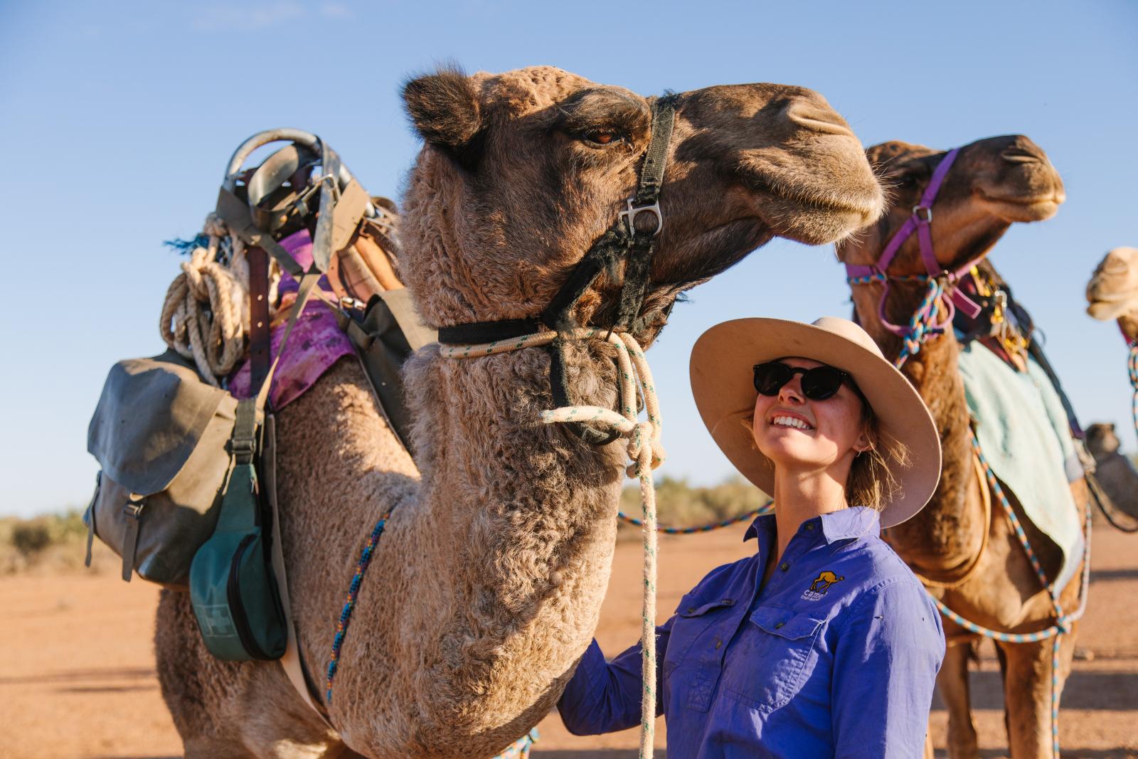 Bei einer Tour durch die spektakuläre Landschaft des australischen Outbacks gibt es viel zu entdecken: unendliche Horizonte, tiefrote Erde, einzigartige Gesteinsformationen, wilde Buschlandschaften, eine abwechslungsreiche Tierwelt und überall begegnet man der uralten Kultur der Aborigines. Ein Highlight ist es, das Gelände mit Kamelen zu erkunden