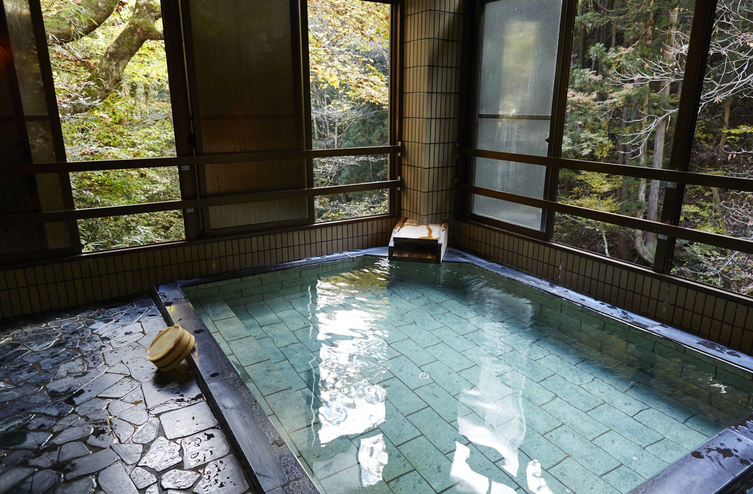 Sie sind das perfekte Kontrastprogramm zum trubeligen Alltag in Japans Hauptstadt: die Onsen. Die Temperaturen der natürlichen, heißen Quellen können bei über 40 Grad Celsius liegen.