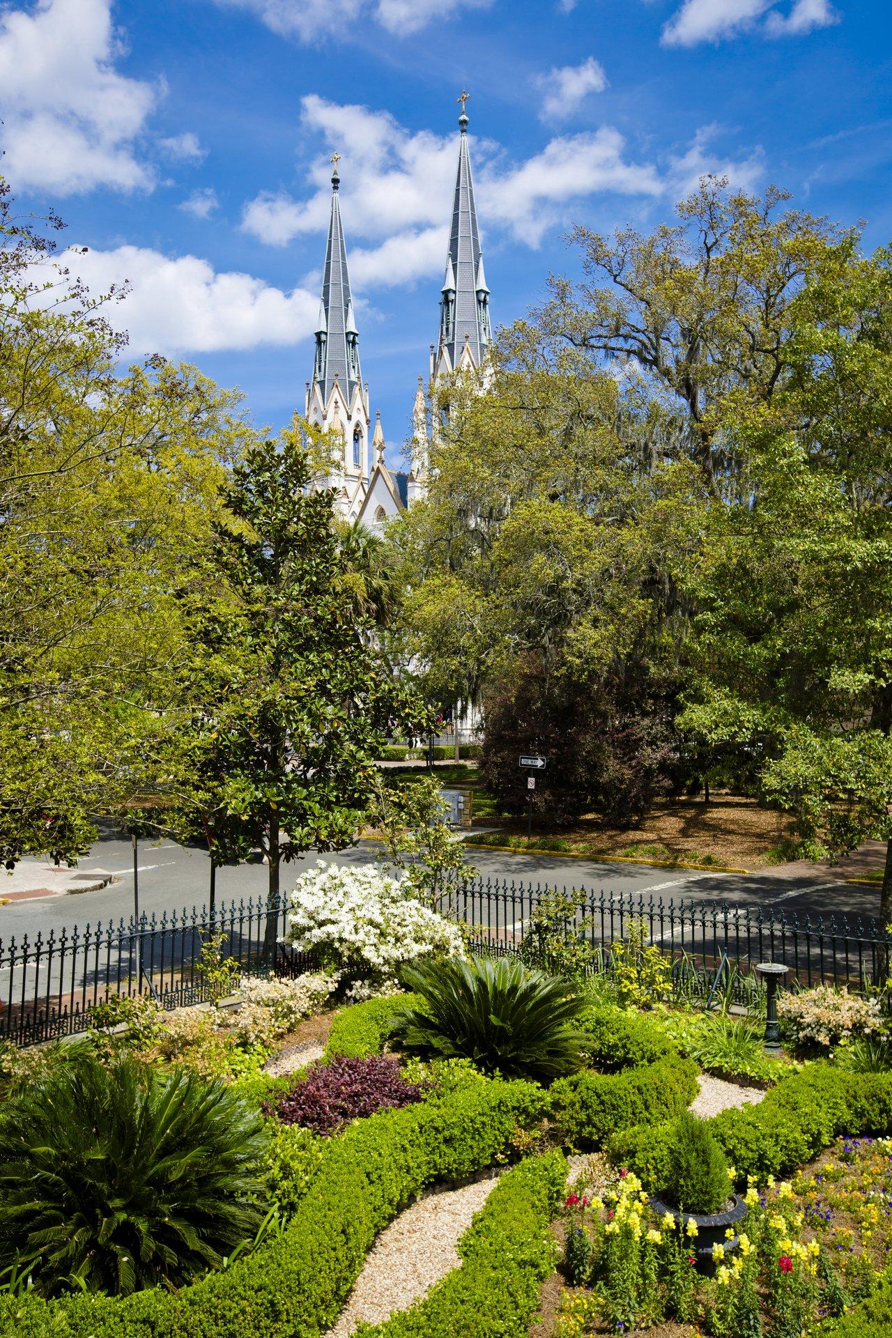 Die charmante Hafenstadt wurde 1773 als erste europäische Siedlung des Bundesstaates Georgia gegründet und steht im Kontrast zur modernen Hauptstadt Atlanta. Savannahs historisches Erbe ist heute noch unverkennbar